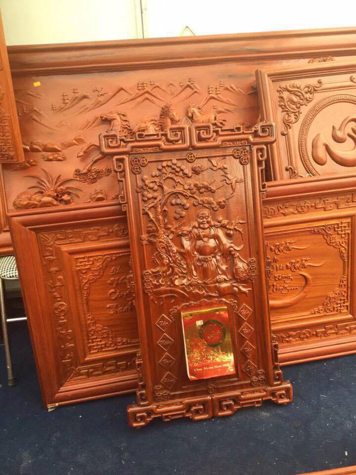 Một bản lịch và các sản phẩm tranh gỗ được cắt hoàn chỉnh